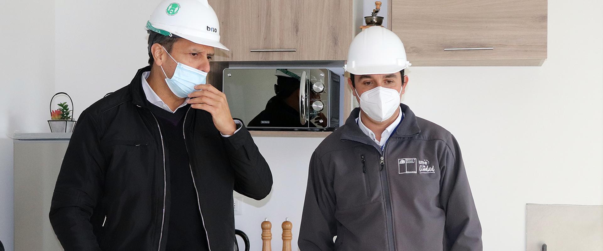 Director Serviu Claudio Daneck con ejecutivo de constructira dentro del departamento piloto