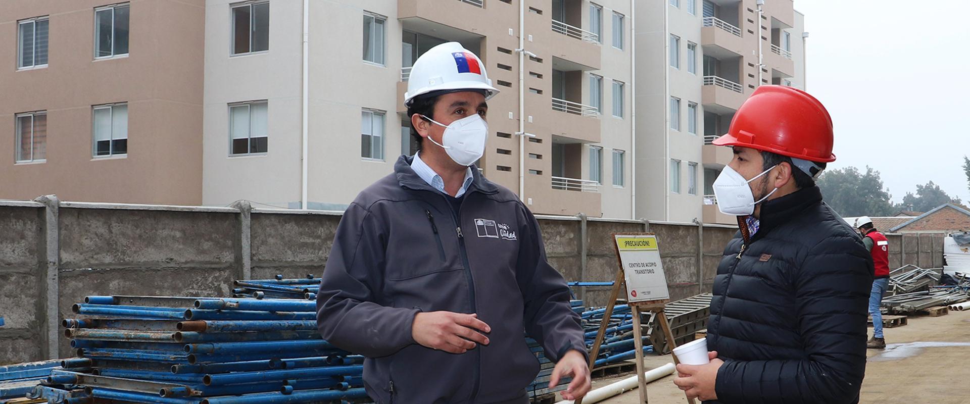 director Serviu Maule Claudio Daneck frente a un edificio en construcción
