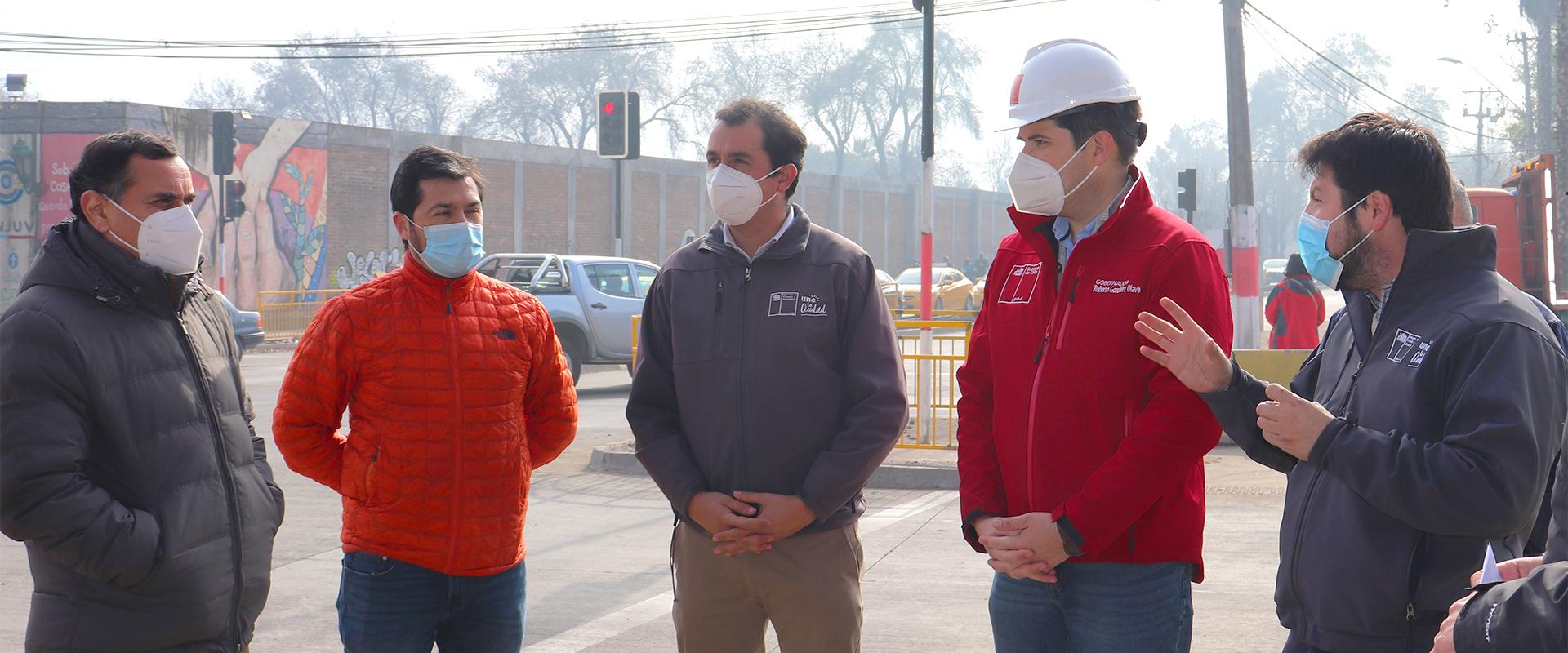 autoridades conversan en la esquina de avenida Freire y acceso a El Boldo