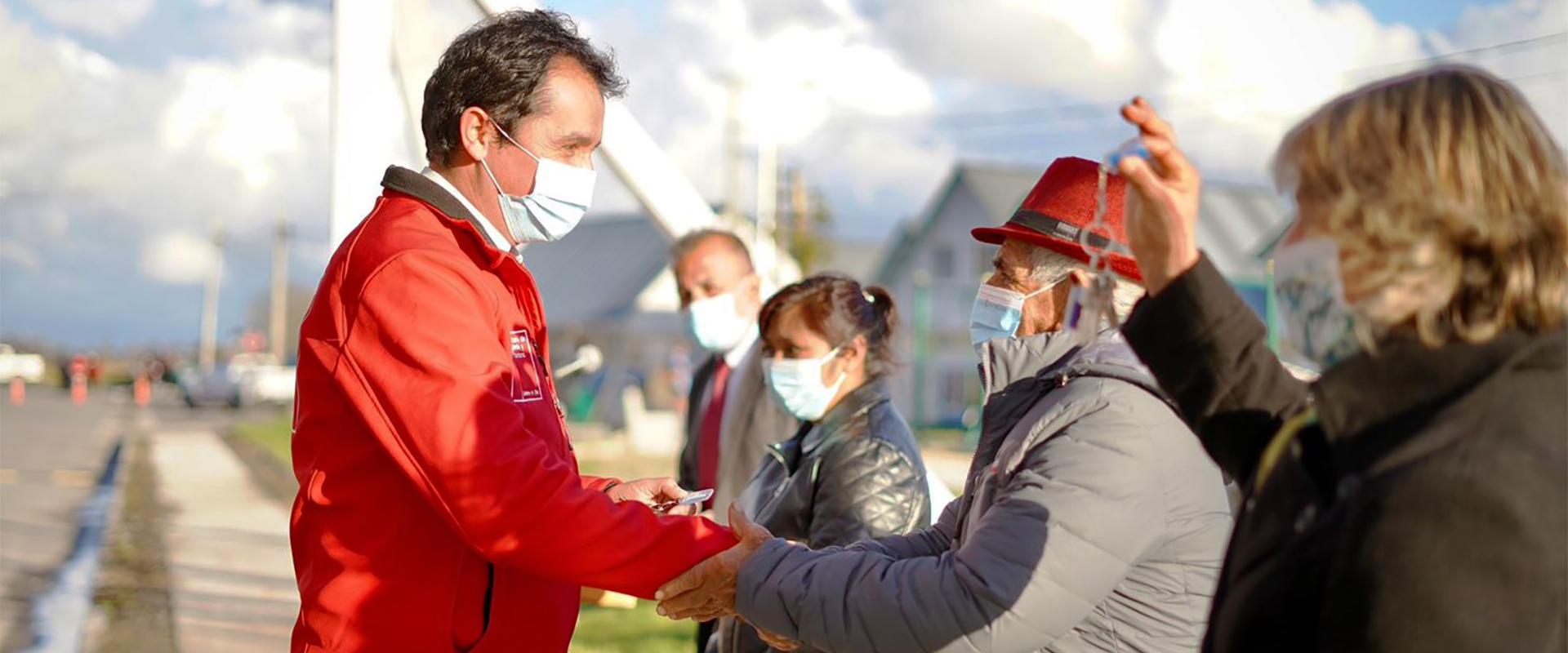 director de serviu Claudio Daneck entrega llaves a mujeres del proyecto Valles de Molina 5