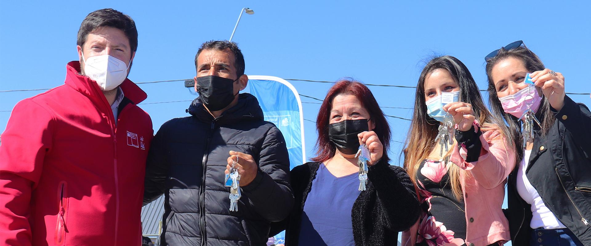 Seremi MINVU Gonzalo Montero entrega llaves de nuevas casas a cuatro propietarios
