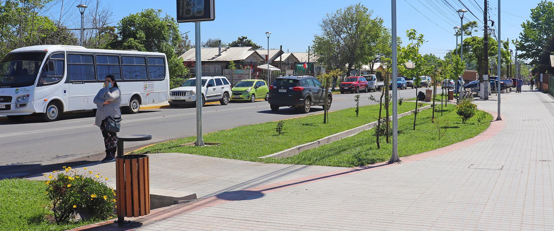 calle con amplia vereda, áreas verdes y seguridad para las personas
