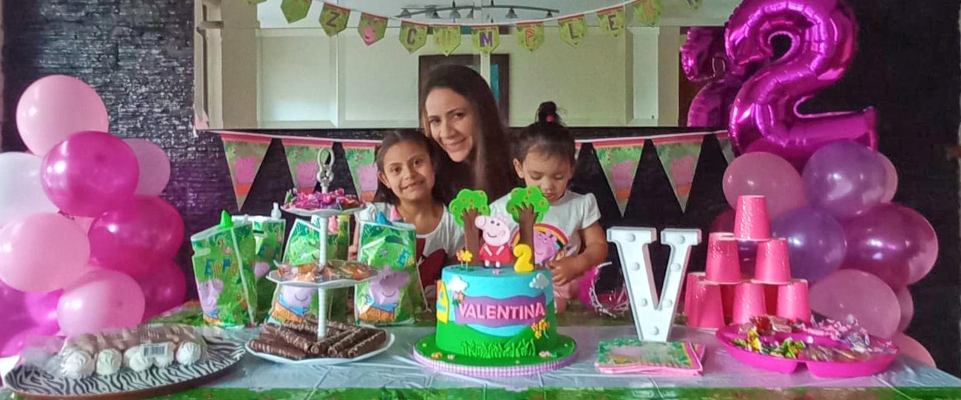 La odontóloga colombiana Draysa Diazgranados en la celebración del cumpleaños de una de sus dos hijas nacidas en Chile